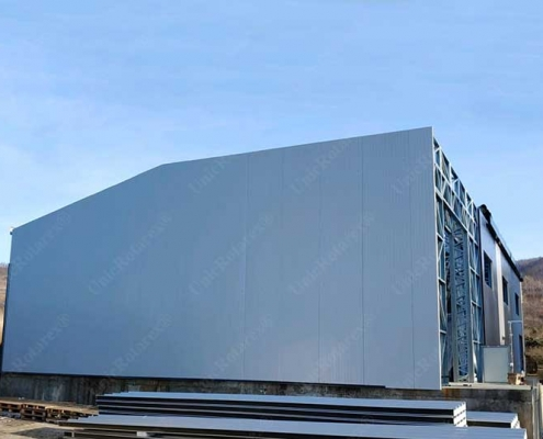 Industrial building plated with sandwich panels