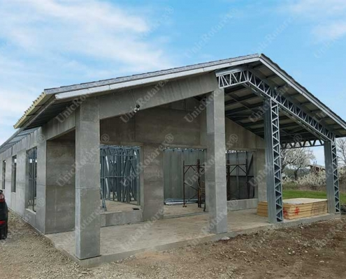 House with apparent lightweight steel structure