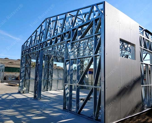 Steel structure plated with sandwich panels